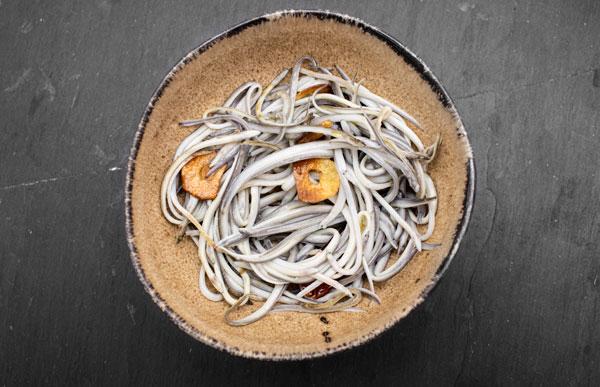 Foto-cocina angulas-rio-mino al ajillo